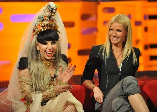 Gwyneth Paltrow 壁紙 probably containing a well dressed person, a hip boot, and a sign entitled 05.13.11 - The Graham Norton 表示する