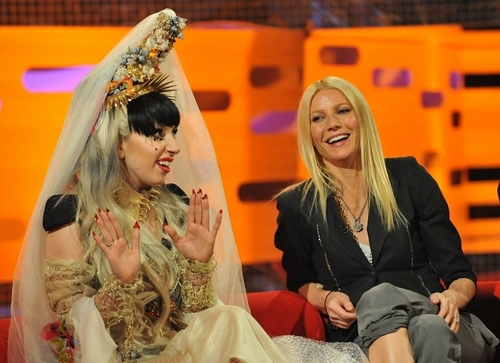 Gwyneth Paltrow वॉलपेपर probably with a bouquet, a bridesmaid, and a सड़क, स्ट्रीट called 05.13.11 - The Graham Norton दिखाना