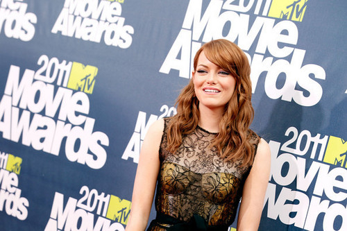 emma stone wallpaper containing a sign entitled Actress Emma Stone arrives at the 2011 mtv Movie Awards