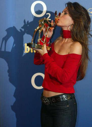 Shania Twain karatasi la kupamba ukuta probably with a bugle, a bass, besi horn, and an euphonium entitled Bambi Awards