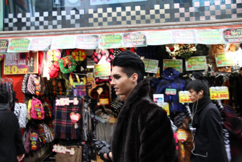 Bill Kaulitz fond d'écran possibly with a kiosque à journaux entitled Bill in Japon