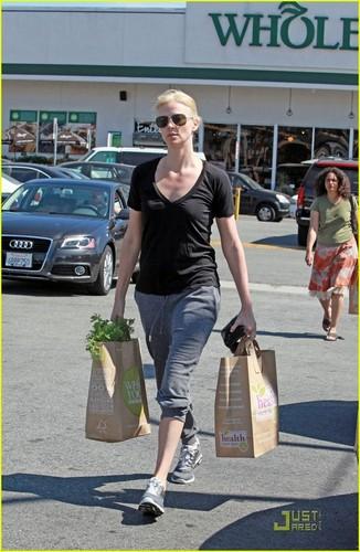 Charlize Theron Sells Malibu accueil to Glee's Ryan Murphy