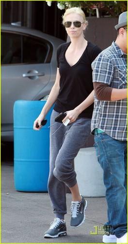 Charlize Theron Sells Malibu 首页 to Glee's Ryan Murphy