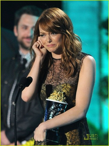 Emma Stone karatasi la kupamba ukuta probably containing a tamasha entitled Emma Stone: Best Comedic Performance Winner!