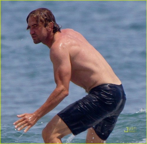 Gerard Butler: Shirtless Surfer in Maui!