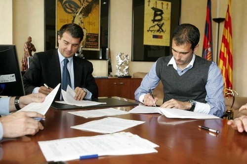 Guardiola signing his first contract for Barcelona!