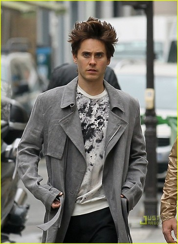 Jared Leto: Popped collier for Parisian Stroll!