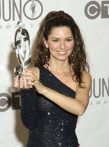 Shania Twain karatasi la kupamba ukuta probably containing a portrait entitled Juno muziki Awards 2003