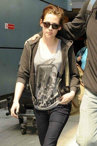 Kristen arriving in London (June 7 2011)