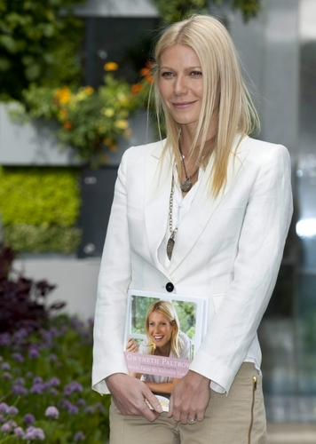 Gwyneth Paltrow wallpaper with a business suit titled May 23 - The Chelsea fiore mostra in Londra