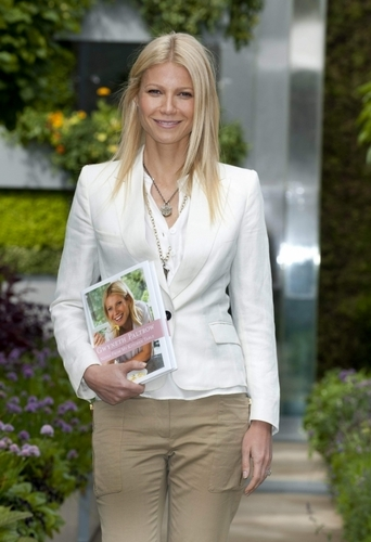Gwyneth Paltrow wallpaper with a business suit called May 23 - The Chelsea Flower Show in London