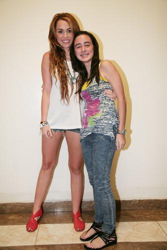 Miley - Meeting mashabiki Backstage in Panama City, Panama (24th May 2011)