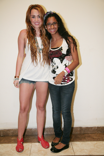 Miley - Meeting fans Backstage in Panama City, Panama (24th May 2011)