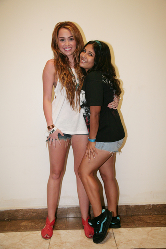 Miley - Meeting fan Backstage in Panama City, Panama (24th May 2011)