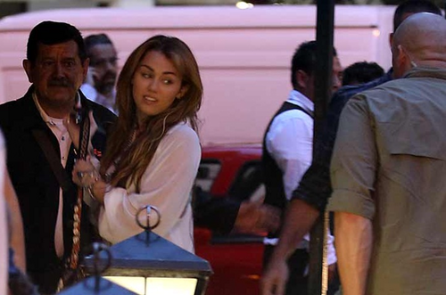 Miley - Out to chajio, chakula cha jioni in Mexico City, Mexico (25th May 2011)