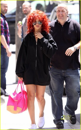 Rihanna: Navy suéter, camisola in Toronto!