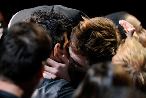 Robert Pattinson & Taylor Lautner Ciuman at MTV Movie Awards