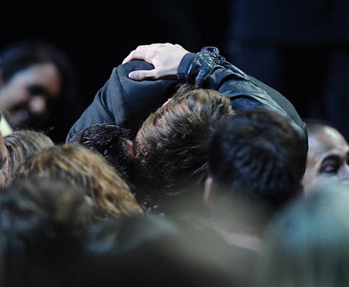 Robert and Taylor kiss at MMA 2011