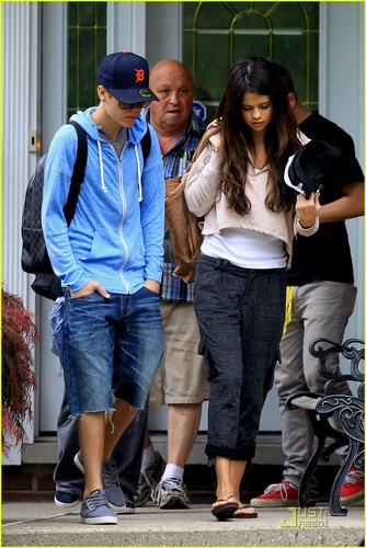 Justin Bieber und Selena Gomez Hintergrund with a sign titled Selena Gomez & Justin Bieber: To Grandparents' House We Go!