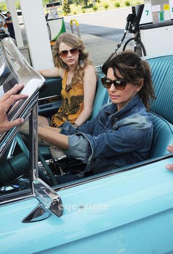 "Shania Twain & Taylor snel, swift Recreate ""Thelma & Louise"" For CMT muziek Awards"