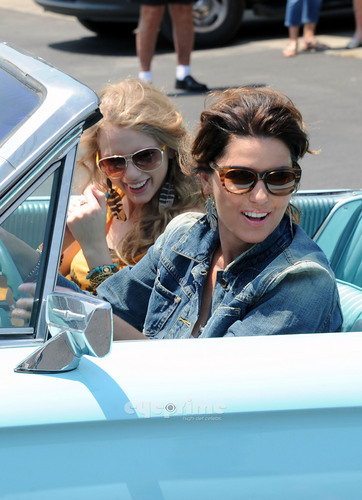 "Shania Twain & Taylor pantas, swift Recreate ""Thelma & Louise"" For CMT Muzik Awards"