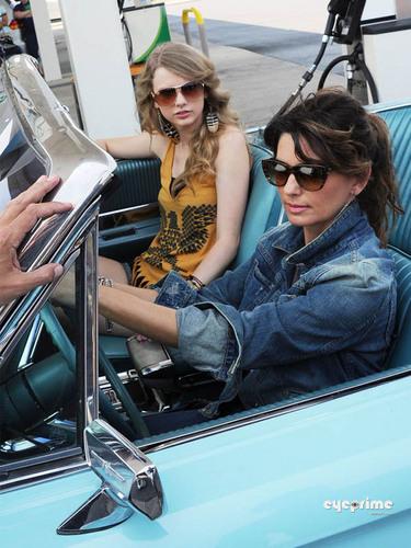 "Shania Twain & Taylor تیز رو, سوئفٹ Recreate ""Thelma & Louise"" For CMT موسیقی Awards"