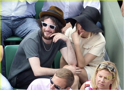 Sienna Miller & Tom Sturridge: French Open PDA!