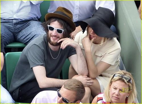 Sienna Miller & Tom Sturridge: French Open PDA!
