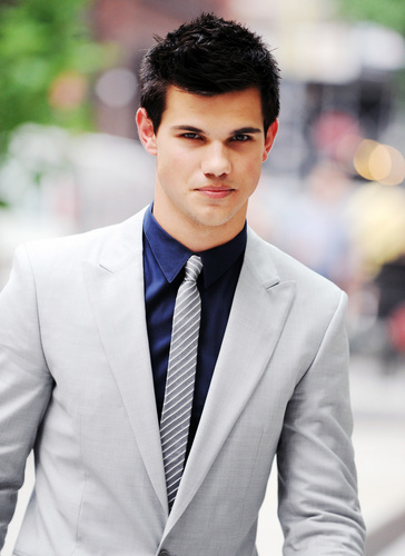 Taylor Lautner پیپر وال containing a business suit, a suit, and a single breasted suit entitled Taylor Lautner