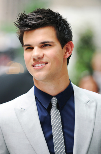 Taylor Lautner wallpaper with a business suit, a suit, and a three piece suit called Taylor Lautner