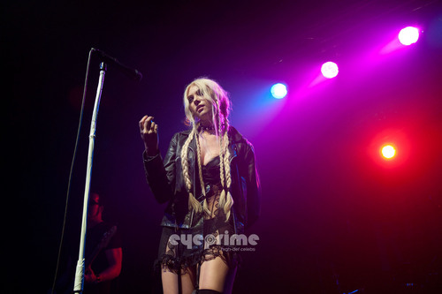 Taylor Momsen wolpeyper with a konsiyerto and a guitarist called Taylor Momsen performs at C-Club in Tempelhof, Berlin