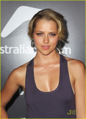 Teresa Palmer: Breakthrough Awards with Scott Speedman!