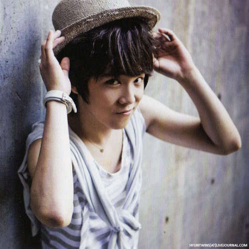 F.T. Island wolpeyper with a fedora, a boater, and a porkpie titled hongki ;--)