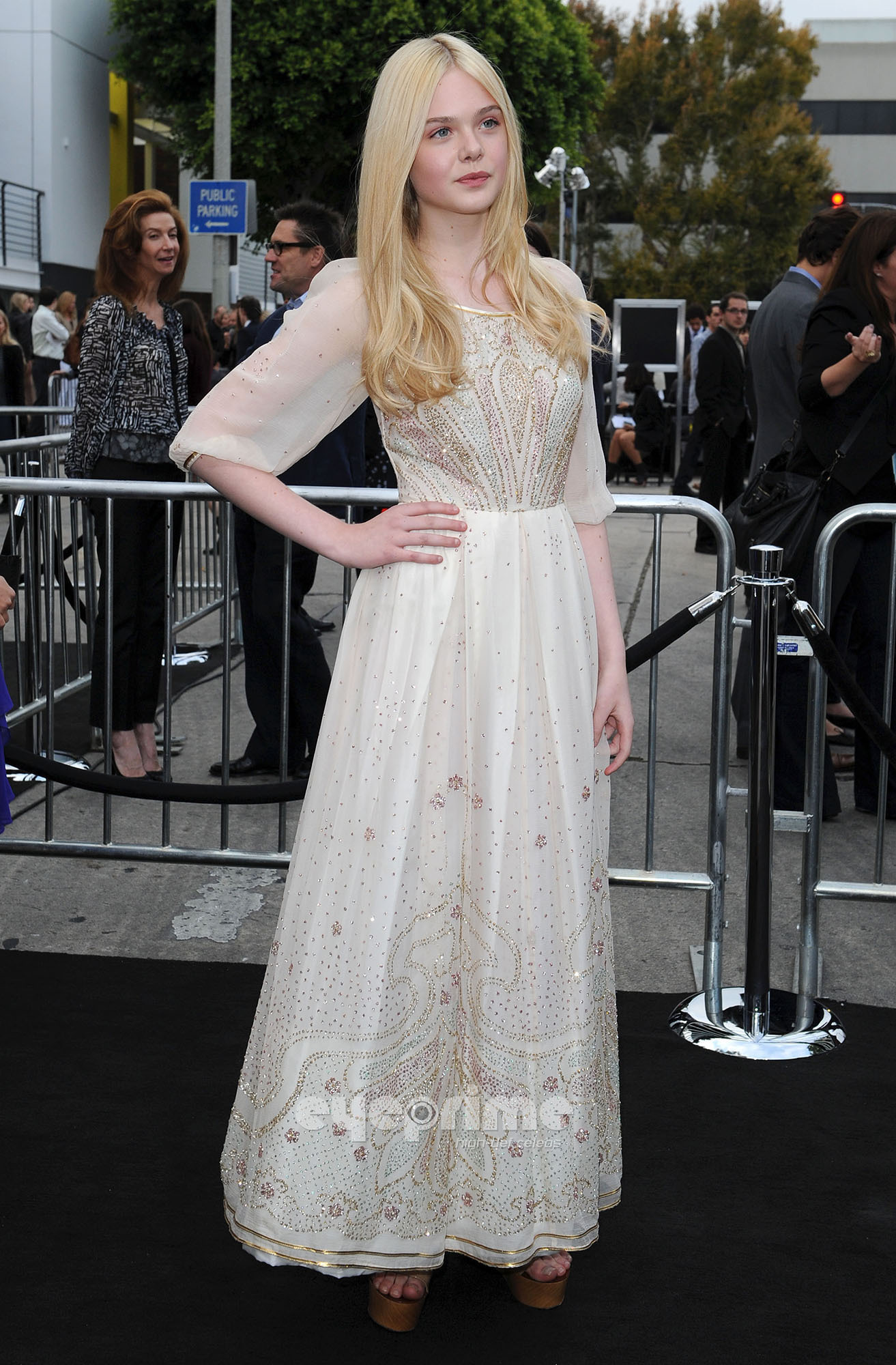 Elle Fanning HQ http://www.fanpop.com/clubs/elle-fanning/images/22726181/title/super-8-los-angeles-premiere-hq-photo