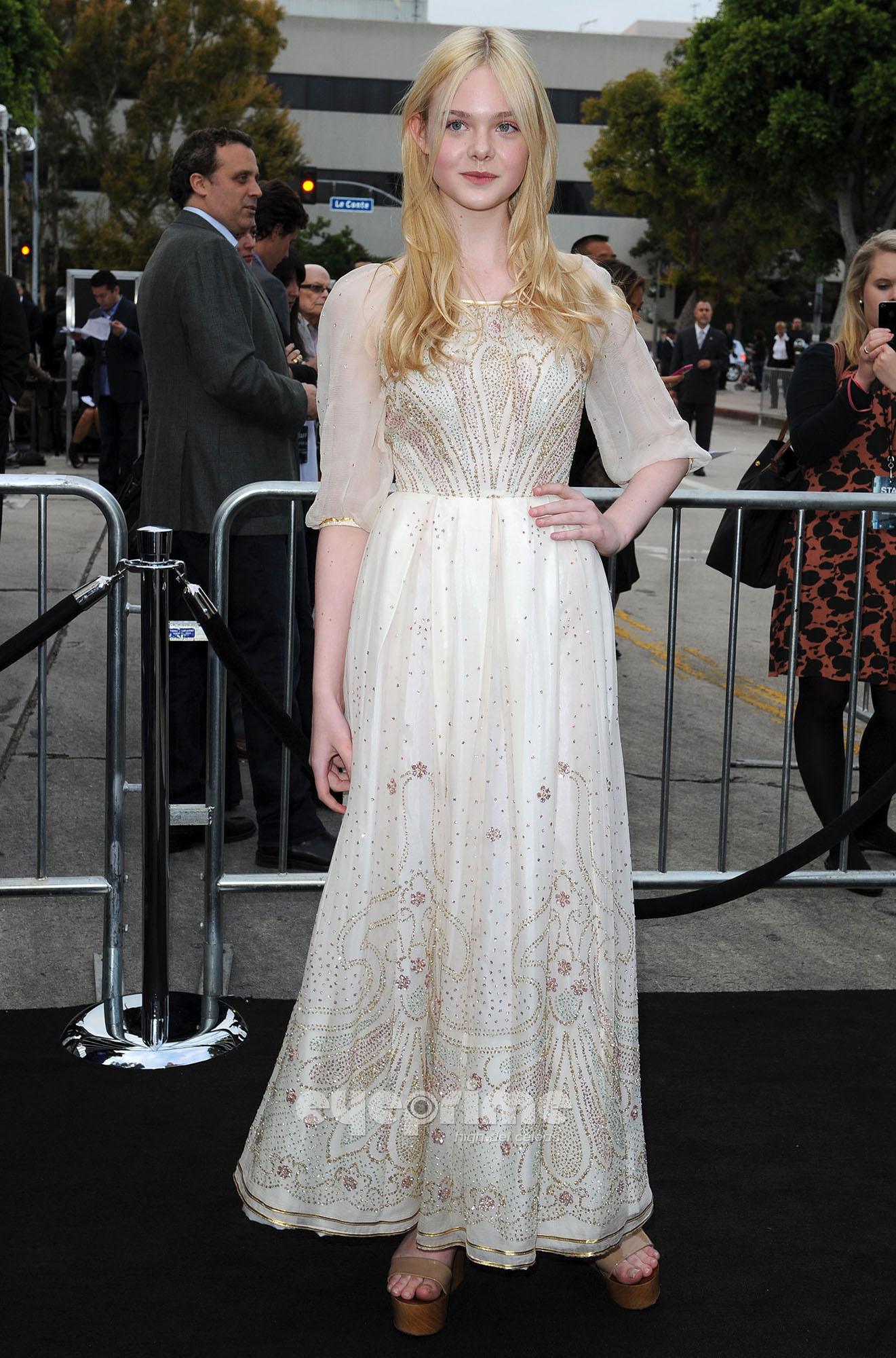 Elle Fanning HQ http://www.fanpop.com/clubs/elle-fanning/images/22726185/title/super-8-los-angeles-premiere-hq-photo