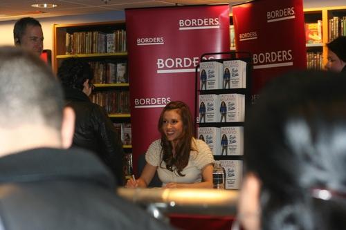 Alyssa - salama At nyumbani Book Signing in Book Revue, New York, April 01, 2009