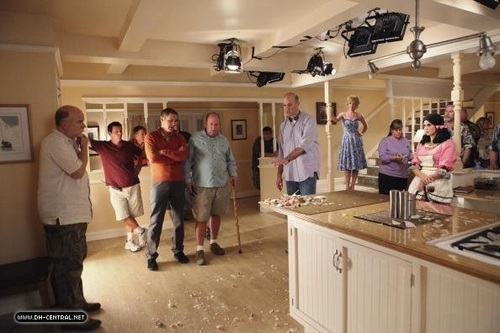 Отчаянные домохозяйки Обои with a kitchen, a brasserie, and a drawing room titled BEHIND THE SCENES > SAISON 7