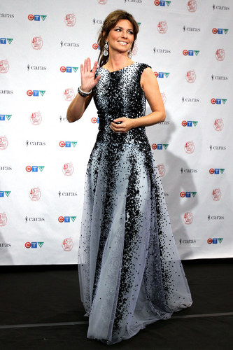 Shania Twain fond d'écran with a dîner dress and a robe titled Juno Awards 2011