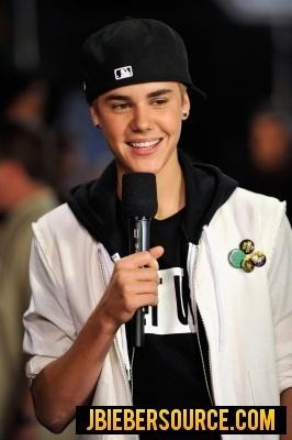 Justin Bieber Recieving his Award for CMT Музыка Awards