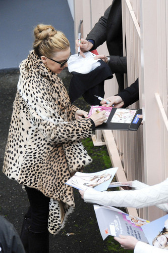"""Kylie Minogue wears a leopard print コート to greet her Sydney ファン before her """"Aphrodite"""" 表示する"""