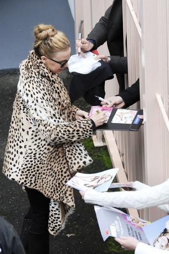 "Kylie Minogue wears a leopard print কোট to greet her Sydney অনুরাগী before her ""Aphrodite"" প্রদর্শনী"