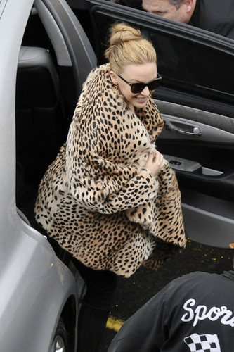 """Kylie Minogue wears a leopard print کوٹ to greet her Sydney شائقین before her """"Aphrodite"""" دکھائیں"""
