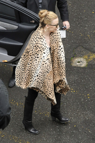 "Kylie Minogue wears a leopard print jas to greet her Sydney fans before her ""Aphrodite"" toon"