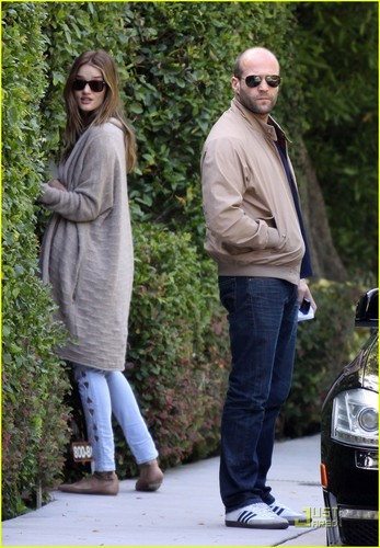 Rosie Huntington-Whiteley and her boyfriend Jason Statham peek into the bushes of a Friends utama