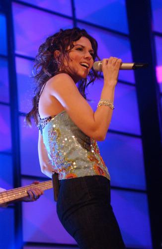 shania twain fondo de pantalla containing a concierto and a guitarist entitled Shania Twain