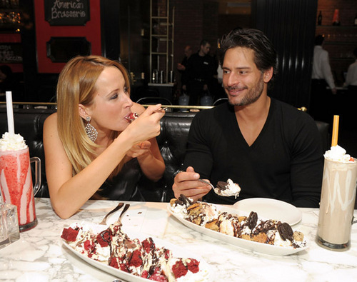 Joe Manganiello karatasi la kupamba ukuta containing a banana, ndizi split, a split, and a baked alaska titled April 3o: Dine At Sugar Factory American brasserie At Paris Las Vegas
