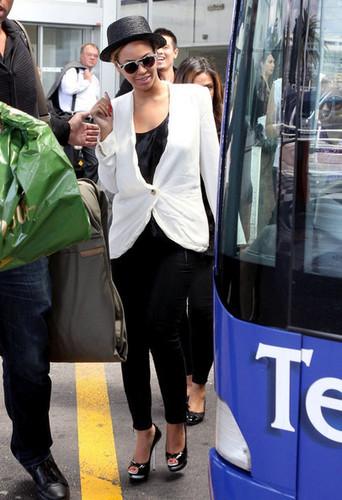 碧昂斯 arrive at the Nice Cote d'Azur Airport with her mother