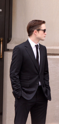 HQ 사진 of Robert Pattinson on the Cosmopolis set today
