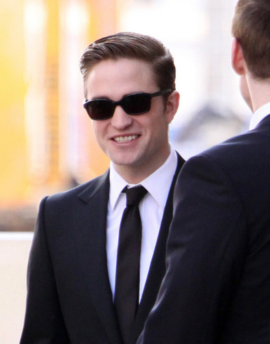 HQ mga litrato of Robert Pattinson on the Cosmopolis set today