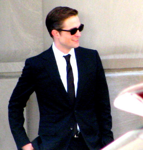 HQ تصاویر of Robert Pattinson on the Cosmopolis set today